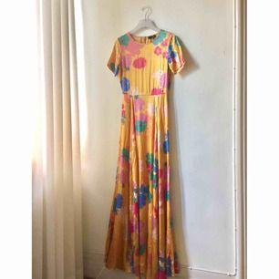 Populär Stine Goya klänning i modellen Nanna Lemon Yellow. Perfekt till bal eller bröllop. 90%siden och 10%elastan. Använd vid ett tillfälle så i mkt bra skick! Endast liten anmärkning vid dragkedjans slut, märks inte när den är på!  Nypris 5100kr
