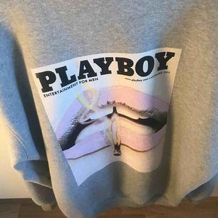 As snygg populär oversized playboy hoodie, i vädligt bra skick, använd fåtal gånger. 🌟🌟 Buda!!! 🌟🌟
