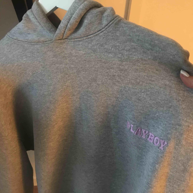 As snygg populär oversized playboy hoodie, i vädligt bra skick, använd fåtal gånger. 🌟🌟 Buda!!! 🌟🌟. Huvtröjor & Träningströjor.