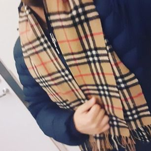 Säljer denna äkta halsduk av märket Louis Vuitton riktigt bra skick pris 2000