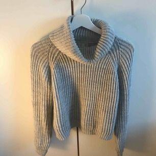 Snygg stickad tröja storlek 158/164 men passar mig som är en XS/S! I mycket bra skick. (Köpare står för frakt)