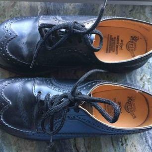Superfina och tuffa dr.martens skor!! Sparsamt använda, men har en skråma på ena tån(sista bilden).  Kan mötas upp i Stockholm, annars står köparen för frakt!💕