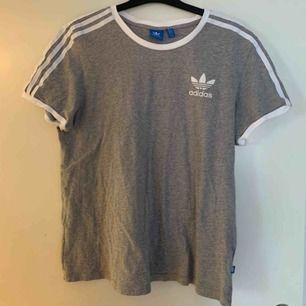 Snygg adidas tröja i storlek 38 men är mer som S-L beroende på hur man vill att den ska sitta. Frakt tillkommer💖