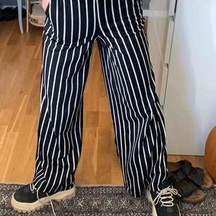 Snygga, pösiga kostymbyxor från Gina Tricot! Bra skick och söker nu ny ägare! Finns att hämta i Stockholm, men fraktar också för en mindre kostnad.<3
