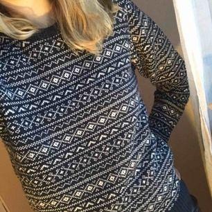 Stickad tröja i ett väldigt fint mönster. Använd där av priset, hel och ren men är lite noppig ☺️ pris exklusive frakt!