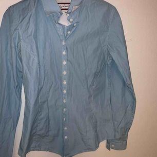 Skit snygg skjorta från The shirt factory. Härligt blå färgen nu till våren🦋💙 sparsamt använd