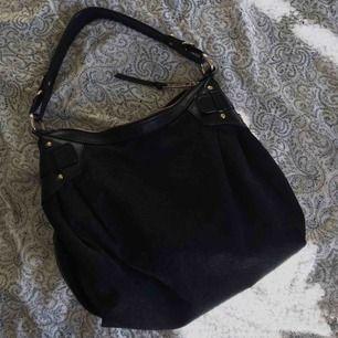 En superfin väska från märket DNKY! En perfekt väskstorlek enligt mig, men vill du ha exakta mått så är det bara att skriva! Kan mötas upp i Örebro eller frakta🥰