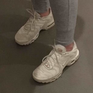 Säljer mina Nike Air Max då jag inte använder dem. Köpta för cirka 1 år sedan för 2000 på footlocker. De är bara använda 3 gånger och är i fint skick.  De är benvita med små röda detaljer.
