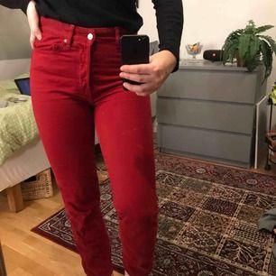 Röda denimjeans med vintage fit och high waist. Sitter skitsnyggt på men dom används för dåligt! Frakt tillkommer🌞