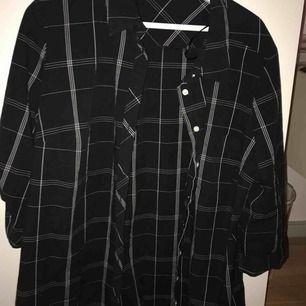 En cool oversized skjorta som knappt är använd. Snygg att bära över plagg eller bara för sig själv. Pris går att diskutera