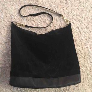 Rymlig väska i mocka/mockaliknande material från Zara.  Skickas mot fraktkostnad eller möts vid Fridhemsplan.