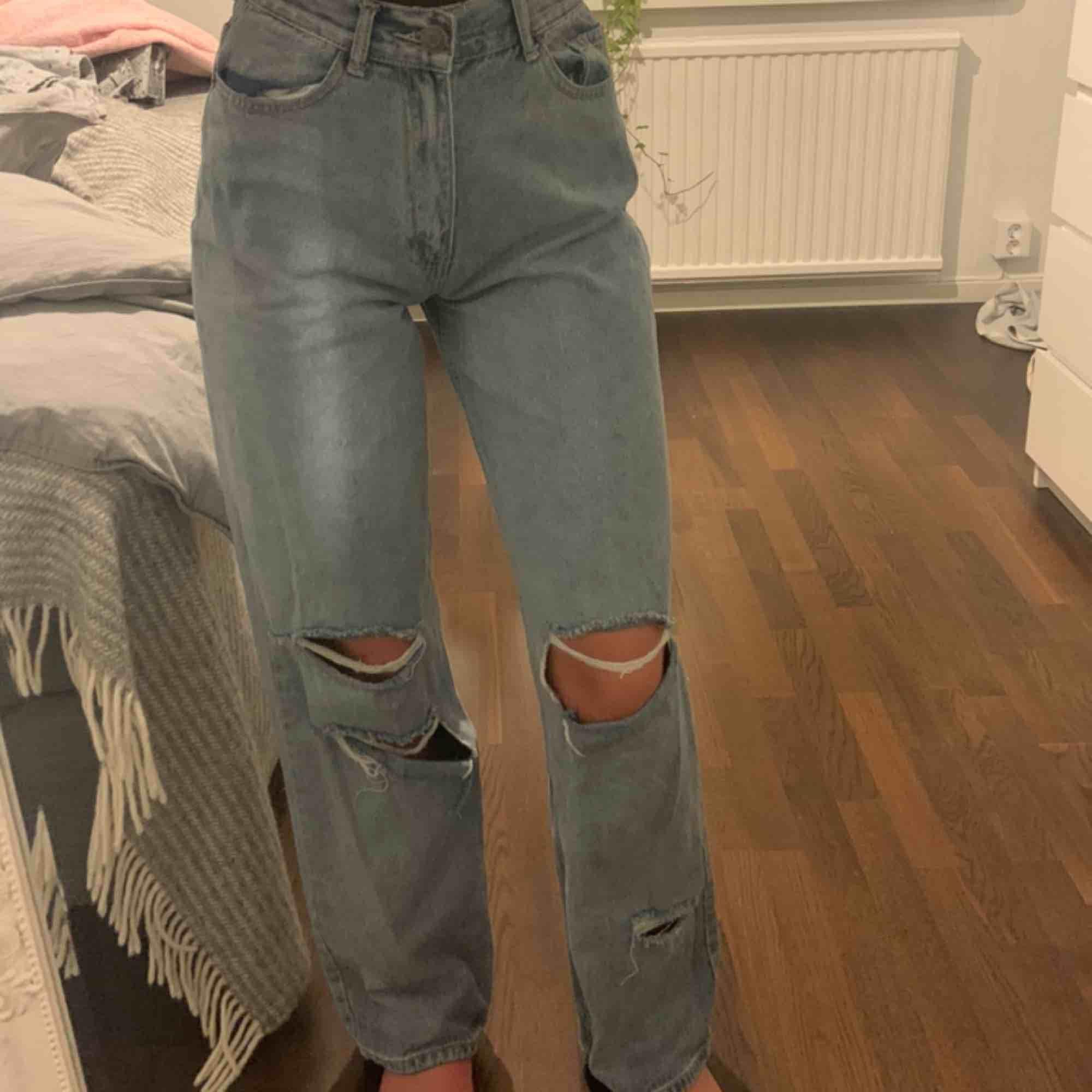 Populära jenas från boohoo. Aldrig använda! Tjejen på första bilen är 170cm och jag på andra 177☺️. Jeans & Byxor.