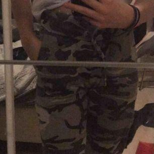 Jättemysiga och fina camouflage byxor. Har används några gånger men det märks inte. Pris kan diskuteras🤩