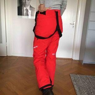 Säljer mina fina röda skidbyxor då de blivit för små. De är som nya då jag använt dem endast ett par gånger och är i perfekt skick. Storlek 38 men är man 36:à kan de också passa då de är små i storleken. Modellen på bilden är 178 cm lång.