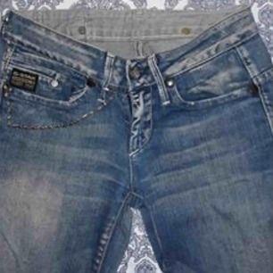 G-STAR RAW strl 24/32 (passar 24-liten 27). Passformen är perfekt, slitstarka jeans utan skavanker.