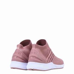 Helt nya sneakers från ARKK copenhagen. Aldrig använda. Skickas i orginalförpackning. Frakt tillkommer