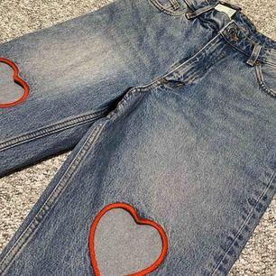 Asballa högmidjade Mom jeans med hjärtan på låren, helt nya med prislapp! ❣️