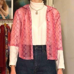 Sheer skjorta med ormprint inköpt på humana, fint skick. Möts upp på Södermalm eller fraktar, vid frakt står köparen för kostnaden 💗