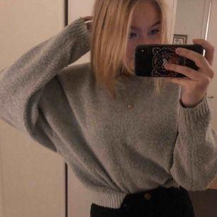 Ljusgrå mysig oversized tröja från NELLY (NLY trend). Köpte hösten 2019 och är i bra skick.