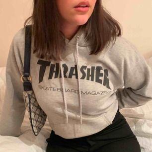 Super snygg Thrasher hoodie som tyvärr inte kommit till användning för mig. Köpt i början av 2019. Äkta såklart och inga fläckar. Använd Max 7 gånger❤️❤️  budgivningen slutar idag 21/2!! Högsta bud är 600kr inklusive frakt som är 80kr ❤️❤️
