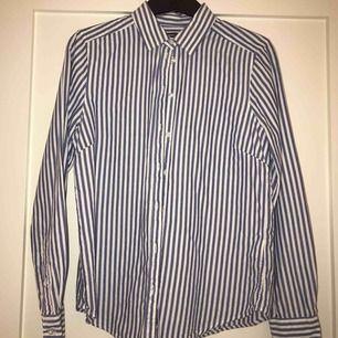 Säljer denna vit/blå randiga skjortan. Endast använd fåtal gånger. Köptes på GinaTricot. Köparen står för frakten. Kan mötas upp i Göteborg / Ale / Lilla Edet