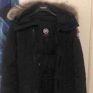 Säljer en canada goose parka jacka, för herr, väl skött och inga defekter. Nästan som ny! En pälskrage och ganska många fickor. Den är svart! Storlek M  Nypris 9000-10.000kr.  Mitt pris: 4000kr, pris kan diskuteras.☺️