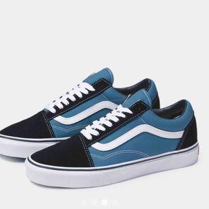 Säljer ett par blåa vans! Knappt använda och kan skicka bild på skorna om det önskas! Spårbar frakt ingår!