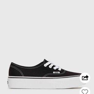 Säljer dessa svarta vans med platå. Inköpta i somras och knappt använts! Skickar bild på skorna om det önskas!