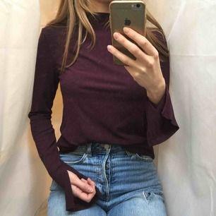 Stilig och klassisk tröja från hm. Ribbstickad med slitsar vid ärmarna. Lite längre i modellen men går även att ha instoppad i byxorna. Härlig färg! Använd fåtal gånger, mycket bra skick! ✨frakt 44 kr✨