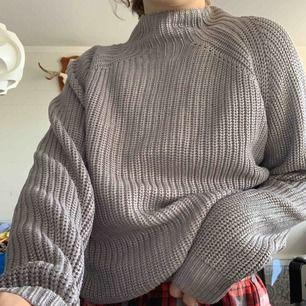 En oversize turtelneck tröja från Crocker. Nästan oandvänd och letar efter ett nytt hem. Hör av dig ifall du har fler frågor