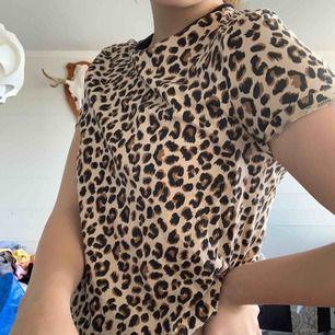 T-shirt från hm. Leopard färg och nästan oandvänd