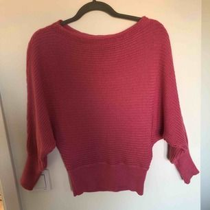 Populär tröja från NA-KD i storlek xs. Passar även S om man vill ha den lite tightare. För liten för mig. Använd ett fåtal gånger. Priset är exklusive frakt.