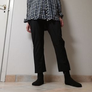 Svarta paperbag-byxor med hög midja. Finns ingen storleksmärkning, lite stora på mig som har stl XS  men skulle säga att de passar perfekt på någon som har stl M-L. Frakt 42 kr.