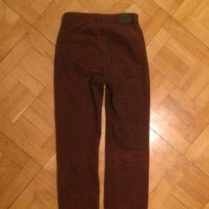 Stentvättade, röda jeans från weekday. Använda ett fåtal gånger.  High waist.