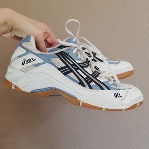 Oldschool dadshoes från Asics i stl 40. Vita med blå och svarta detaljer. Superfräscha trots sin ålder. Frakt 63 kr.