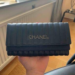 Super snygg och praktisk plånbok, köpt för ca 400kr, fake men väldigt fin! Hör av dig för frakt pris