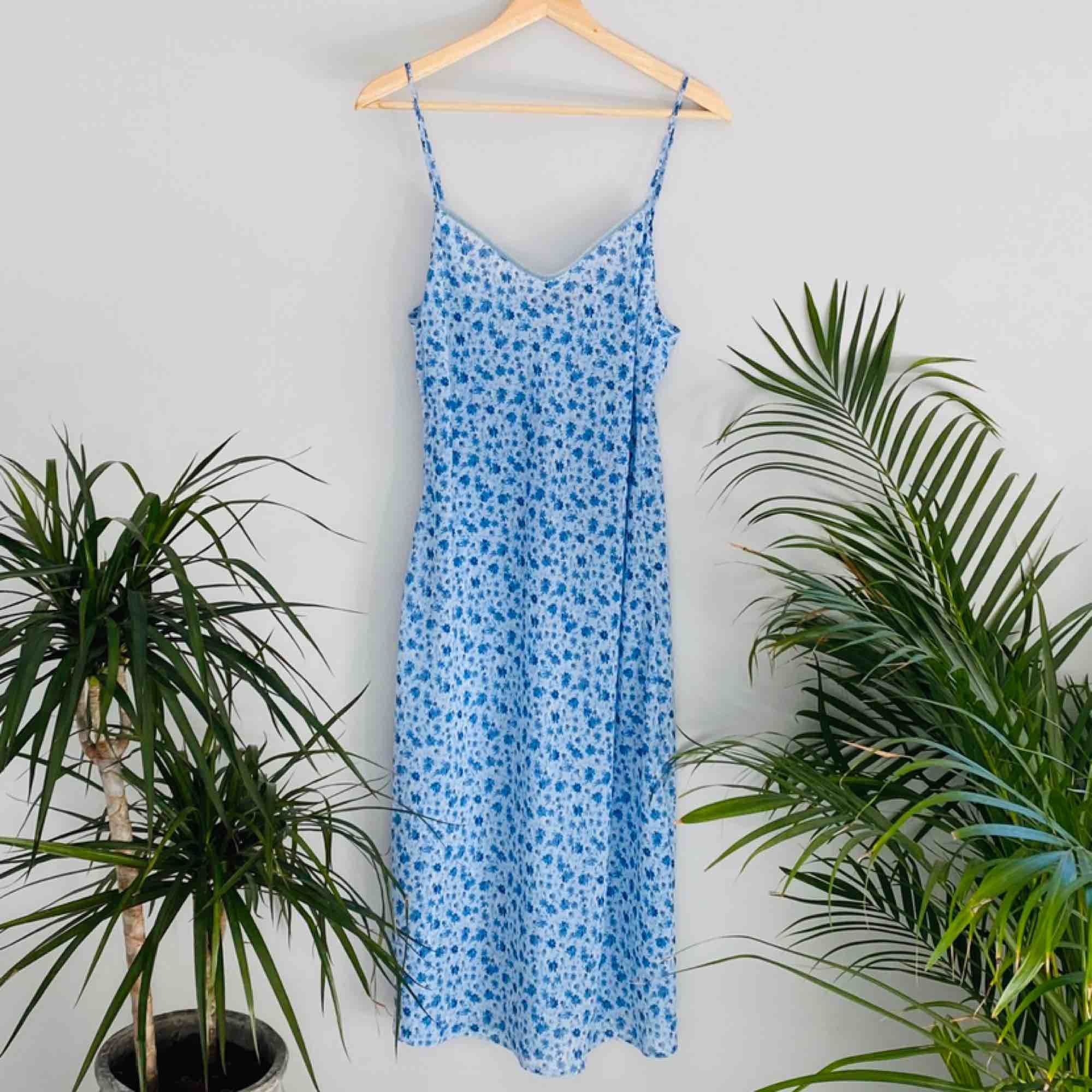 Fin somrig klänning som är köpt second hand. Går under knäna på mig som är 175 cm. Frakt tillkommer. 🌼kolla gärna på allt annat jag säljer🌼. Klänningar.