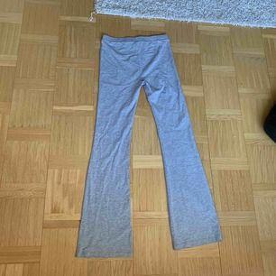 Gråa tyg byxor med utsvängda ben från lager 157, aldrig använda! Hör av dig för frakt pris
