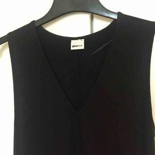 V-ringad klänning från GinaTricot. Sparsamt använd. Skitsnyggt med tex t-shirt eller polotröja under! 🌟 📬 Frakt 54 kr