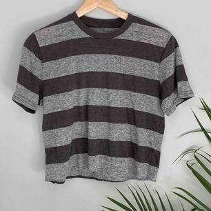 Cropped T-shirt från BDG köpt på Urban Outfitters. Frakt tillkommer. 🌼kolla gärna på allt annat jag säljer🌼