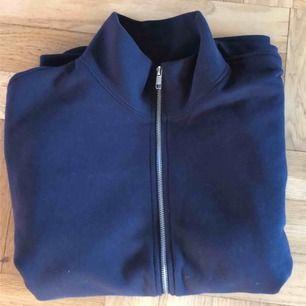 Mörkblå zip up-tröja med turtleneck-krage från Weekday strl Small Använd rätt så mycket Skick: 8/10 (några färgfläckar vid ärmarna som inte märks så mycket) Fler bilder finns Kan mötas upp i Stockholm annars betalar köparen för frakten köparen