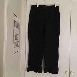 Volanger nertill. Använt skick. Kostymbyxsmaterial. Säljer pga har blivit förstora. 📬 Frakt 63 kr