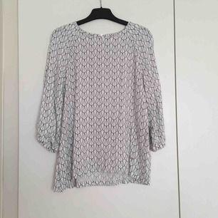Mönstrad blus/tröja i vit och svart från Dobber. Strl 36.  📬 Frakt 55 kr