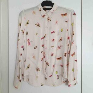 """Off white blus med fjärilar och insekter från Zara, Louisa har på sig denna i filmen """"Livet efter dig"""" 🥰 Passar även strl S.  📬 Frakt 54 kr"""