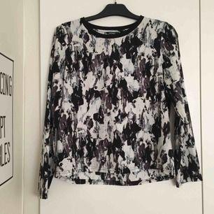 Cool mönstrad tröja/blus. Passar S-M. 📬 Frakt 54 kr