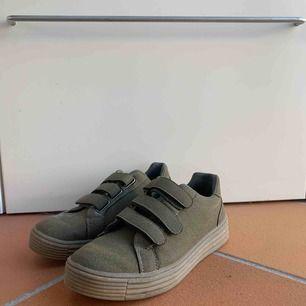 Riiiktigt snygga oanvända skor! Lite för stora för mina fötter! Någonting är spillt på skon men är säker på att det går bort lätt. Därav billigt pris.