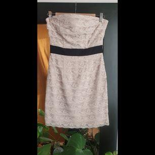 Axelbandslös klänning, perfekt för sommarens fester ☀️🥂 säljes för att den tyvärr har blivit för liten! Frakt tillkommer!