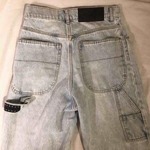 Sååå coola byxor från Cheap Monday, superunika och går ej att köpa nya längre! Stora fickor bak + liten ficka på sidan, avklippta ben. Strlk 26/32 vilket motsvarar ungefär S. I nyskick!