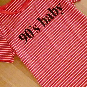 Rödvitrandig t-shirt med trycket 90's baby! Köpt secondhand och i superfint skick redan från köp, och är fortfarande då den ej kommit till användning för min del. Frakt: 42:- Postens S-emballage