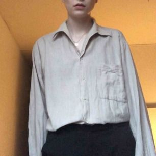 Beige oversize skjorta köpt på secondhand i Berlin! Frakt 49 kr.
